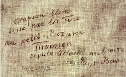 Fragment witte vlag fort Klein-Bizani met opschrift van Thomson